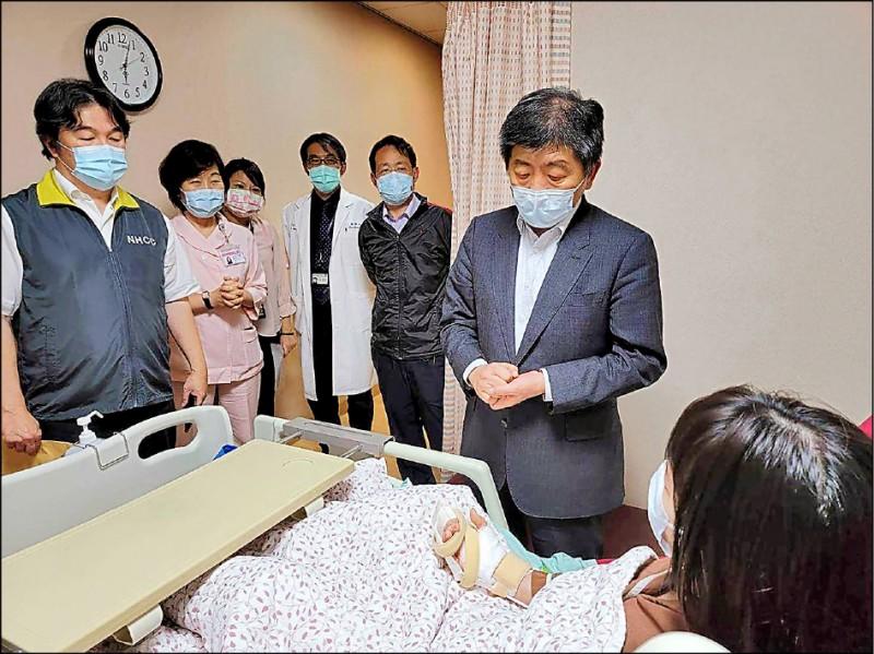 雙和醫院3名護理師遭確診患者持刀砍傷,衛福部長陳時中到病房探視、慰問。(中央社資料照)