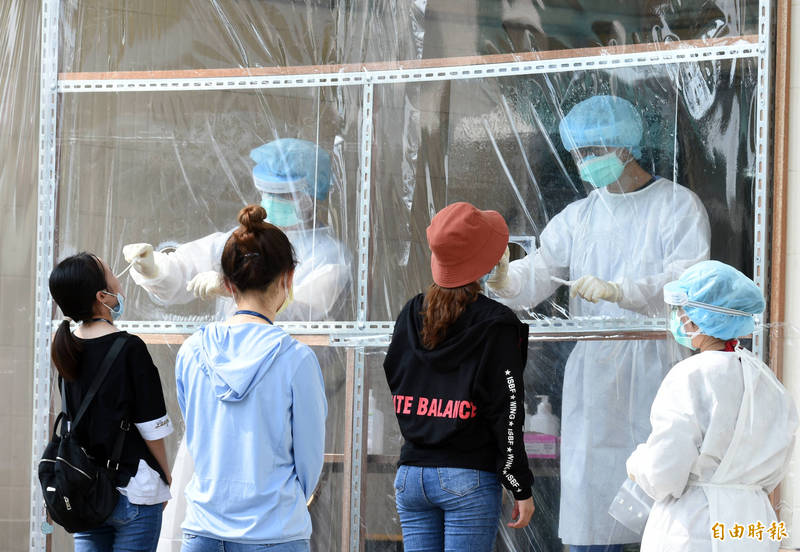 醫護人員在第一線對抗疫情,有許多人擔心把病毒帶回家。交通部今天指出,目前已獲得13縣市172家旅宿提供醫護人員入住優惠方案,且旅宿業者數量仍繼續增加中。(資料照,記者張忠義攝)