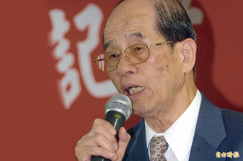 有「台灣疫苗之父」美譽的台大醫學院小兒科名譽教授李慶雲今天凌晨辭世,享壽94歲,圖為李慶雲民國98年受頒台灣感染症醫學會終身名譽理事長。(資料照)