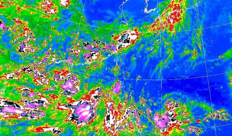 中央氣象局今(11日)表示,南海季風低壓於已發展為熱帶性低氣壓,今年第4號颱風「小熊」即將生成。(圖取自中央氣象局)