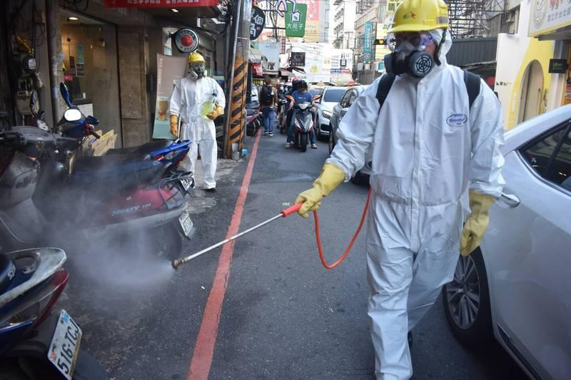 新光三越台中店今休館消毒一天,是否有櫃姐染疫,台中店並不願意證實,只表示由政府宣佈。圖為消毒畫面。(資料照)