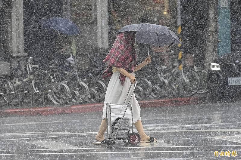 今日台南、高雄地區及南投、雲林、嘉義、屏東山區有局部大雨發生的機率,請注意雷擊及強陣風。(資料照)