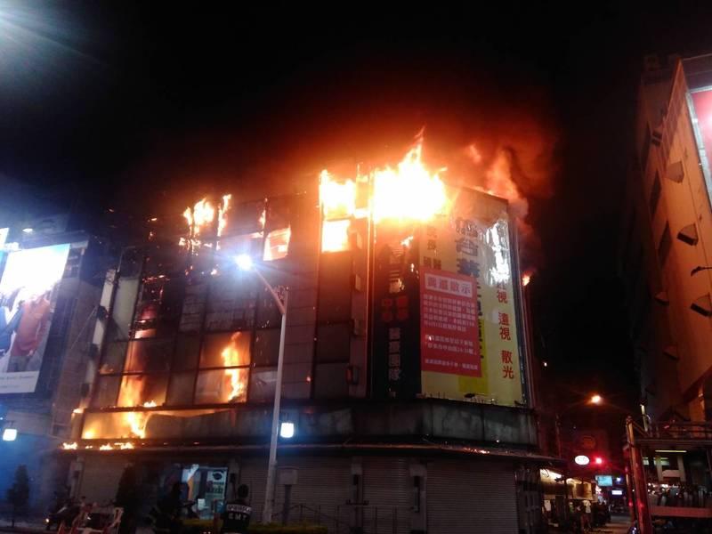 屏東市中心住商大樓發生大火,消防人員動員搶救中。(讀者提供)