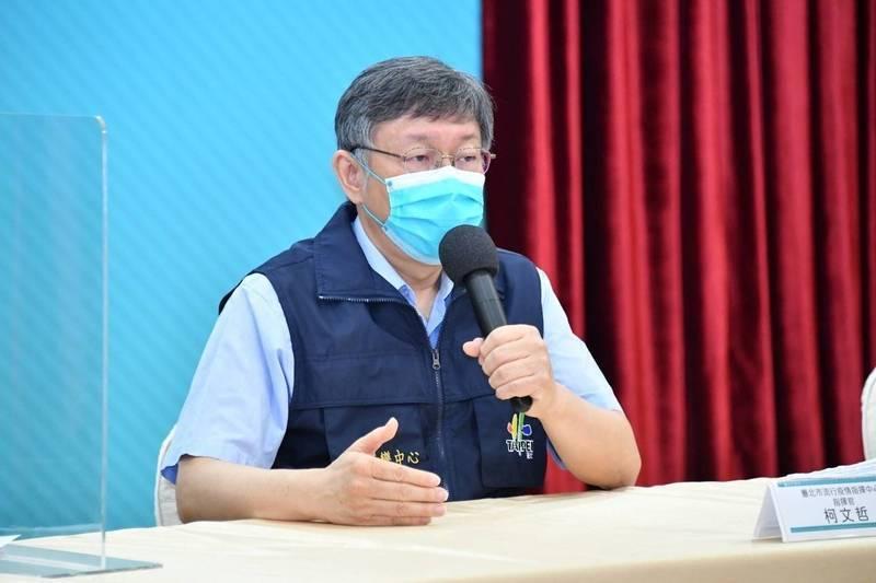 針對台北市爆違規施打疫苗爭議,市長柯文哲(見圖)昨發文稱,「歸根究底,想打疫苗,想搶疫苗,都是出自『人性』。如果疫苗足夠,台灣怎麼會有疫苗特權階級?怎麼會有人深夜跑到診所排隊搶打?」(北市府提供)