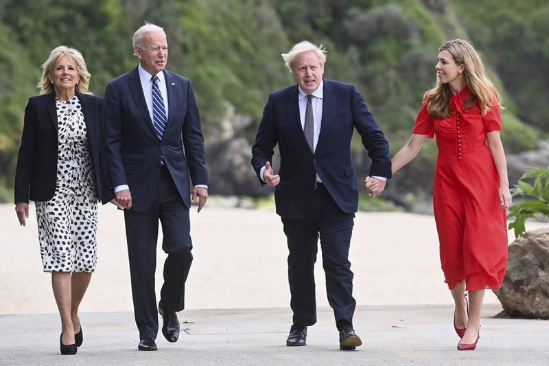 美國總統拜登(Joe Biden)與英國首相強森(Boris Johnson)兩國元首偕同他們的夫人一同去到海邊,欣賞英格蘭南部聖艾夫斯灣(SaintIvesBay)海景。(美聯社)