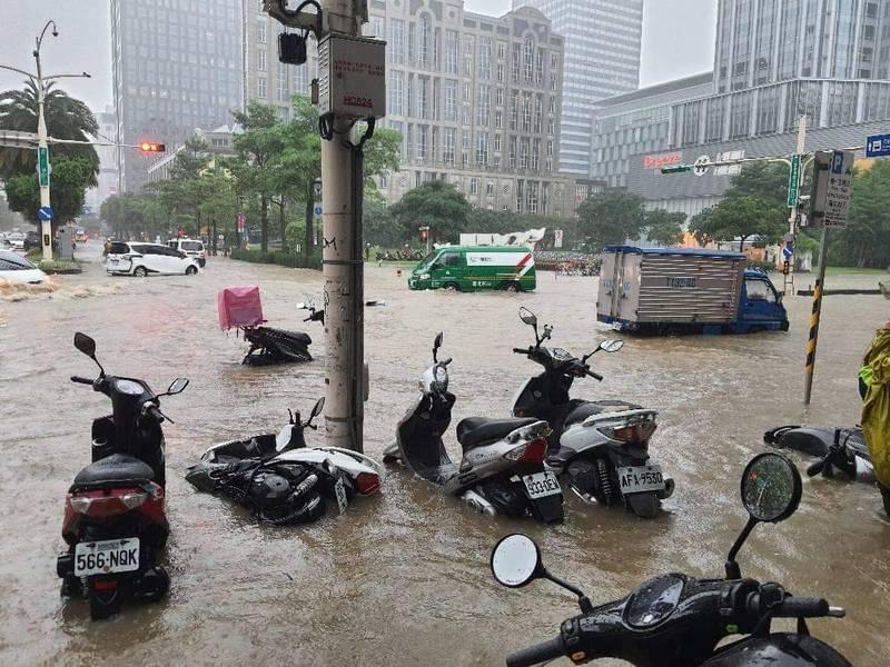 上週五(4日)北台灣降下暴雨,除破時雨量歷史紀錄外,更導致局部地區出現淹、積水狀況。(資料照,民眾提供)
