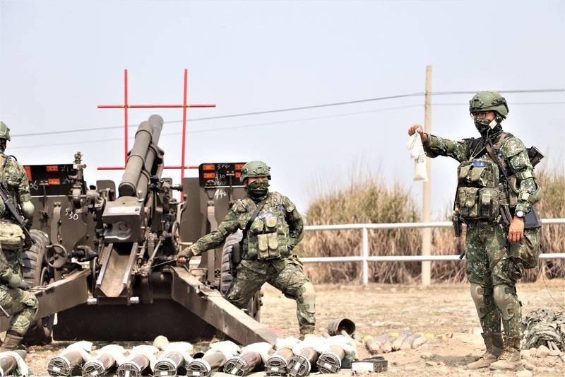 105公厘榴彈砲砲班準備就緒,官兵待命射擊。圖右站立官兵手中所持的是砲彈的藥包。(圖:取自中華民國陸軍臉書專頁)