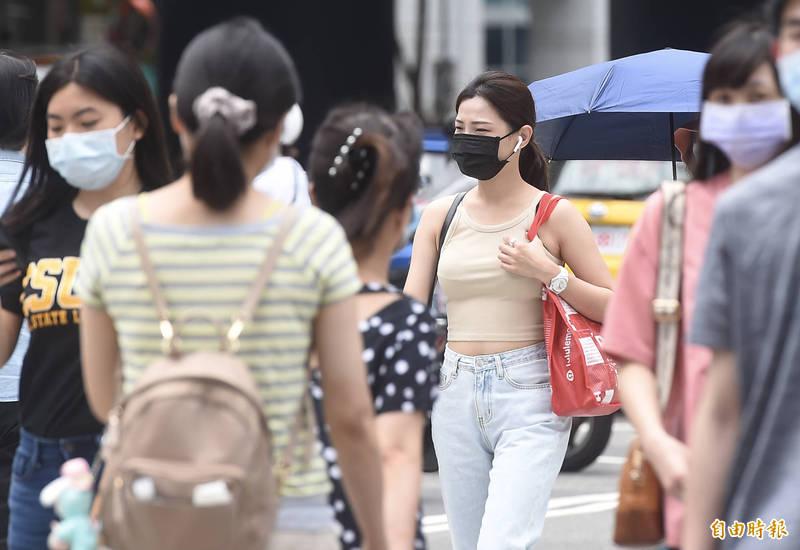 今日各地晴朗炎熱,不過台灣附近水氣仍多,午後依舊有強對流在近山地區發展。(資料照)
