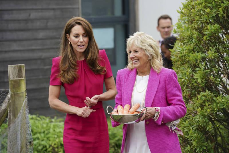 凱特王妃(圖左)今(11)日在英國康瓦爾(Cornwall)的一所學校與拜登夫人(圖右)第一次會面。(美聯社)