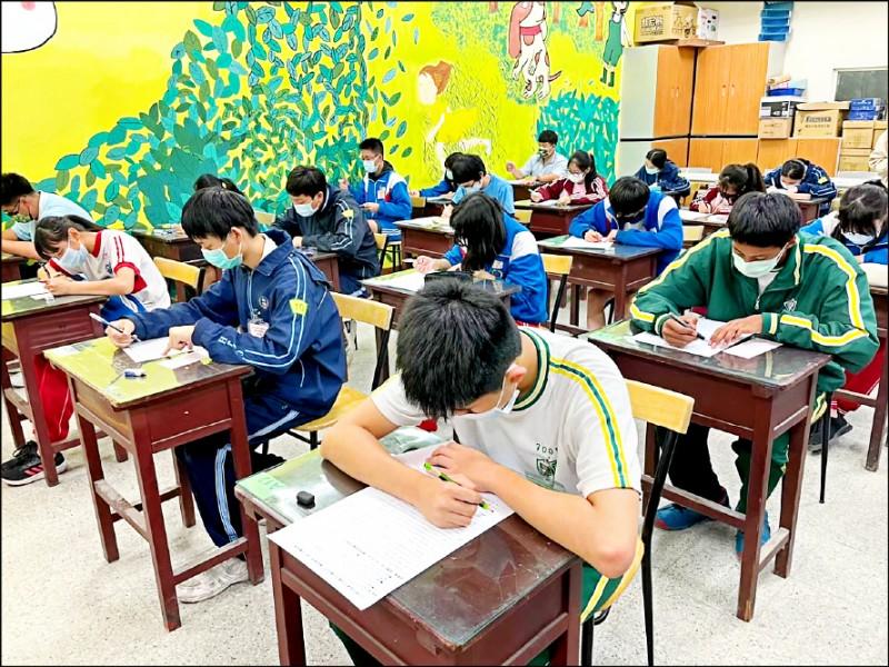 國中會考今年寫作測驗拿到最高六級分的人數暴增,共有3238人拿到六級分,是去年1588人的兩倍多。 (資料照)