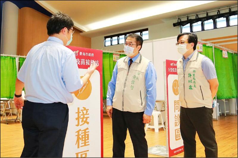 市長黃偉哲昨視察慈濟基金會善化聯絡處大型疫苗接種站 規劃設置。(台南市政府提供)