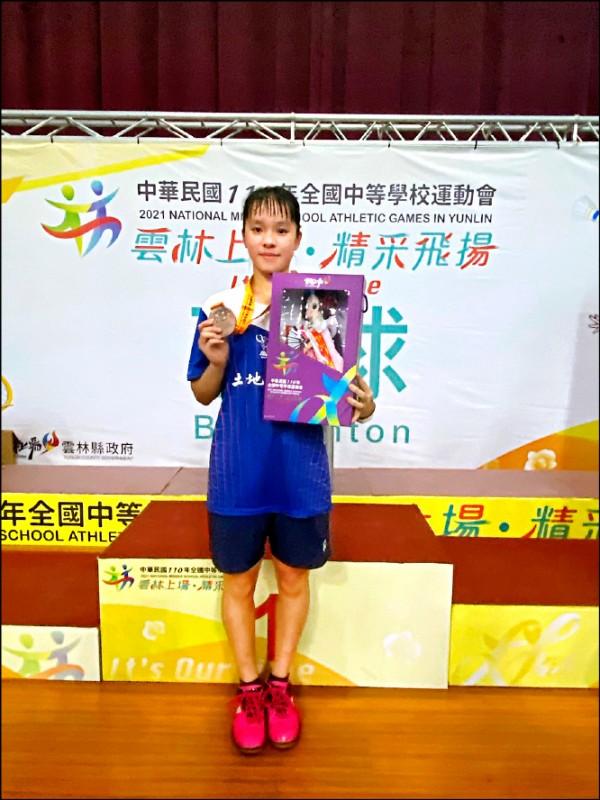 蘆竹區光明國中黃涵郁考5A、3+,是羽球校隊成員。(光明國中提供)