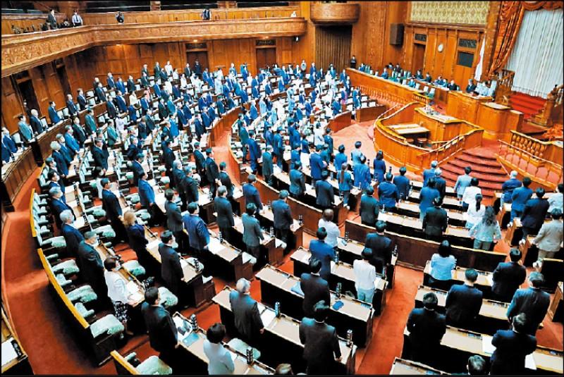 日本參議院昨天以站立表決無異議方式,決議支持台灣以觀察員身分參與下屆世界衛生大會(WHA),要求日本政府應積極作為,保障台灣參與會議的機會。(取自產經新聞)