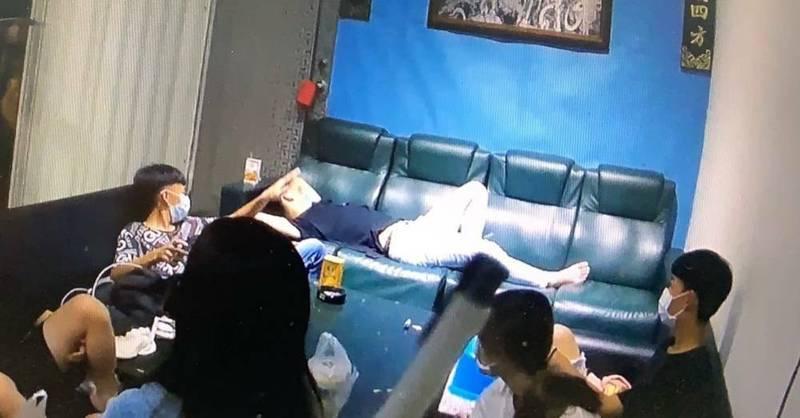 員警在沙鹿區一處私人宮廟內,發現6名年輕男女正在喝飲料聊天。(記者張軒哲翻攝)