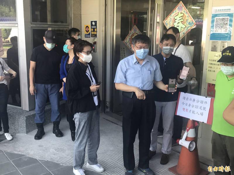 台北市長柯文哲前往南門市場視察分流。(記者蔡思培攝)