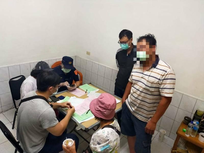 警方在楠梓光街民宅內查獲打麻將群聚。(記者蔡清華翻攝)