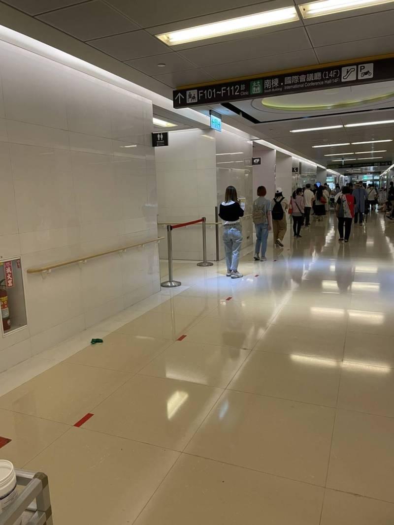 亞東醫院表示,施打疫苗的動線都有事先規劃,地面也有安排出安全距離。(亞東醫院提供)