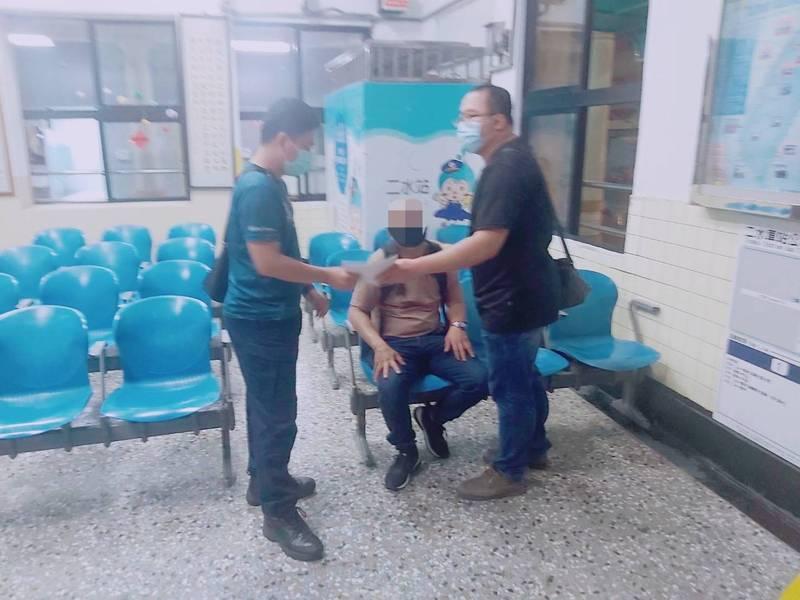 警方在彰化縣二水車站將王姓犯嫌拘提到案。(記者詹士弘翻攝)