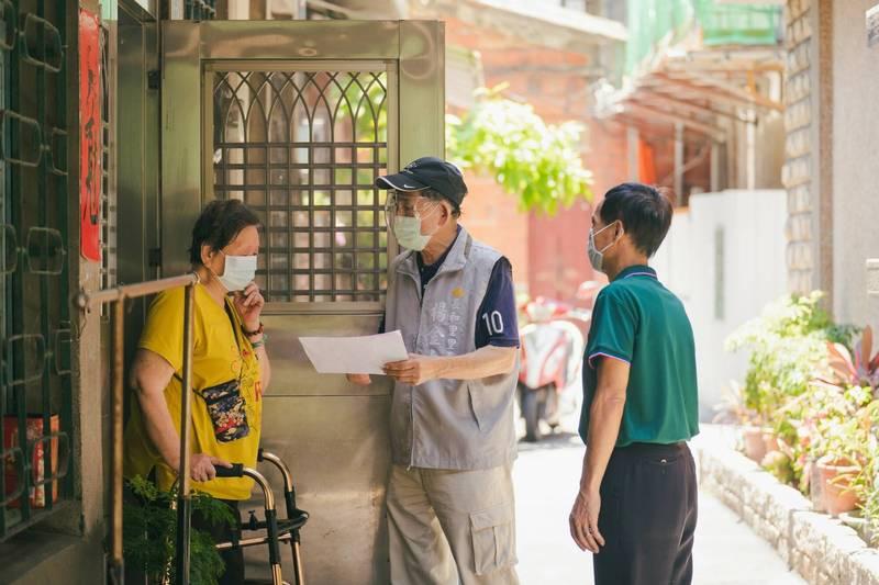 新竹市政府獲配1.1萬劑AZ疫苗,14日起先為80歲以上長者施打,長輩免預約,憑市府送遞的通知單就可打。(市府提供)