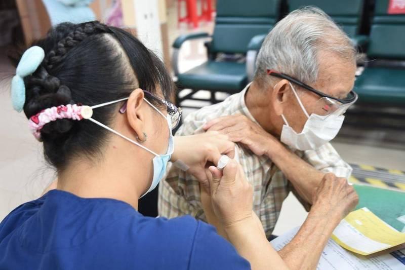 設籍澎湖但住台灣,75歲以上符合資格的長者可持健保卡、身分證就近至居住地合約醫療院所、注射站登記施打,不必特地返回澎湖。(澎湖縣政府提供)