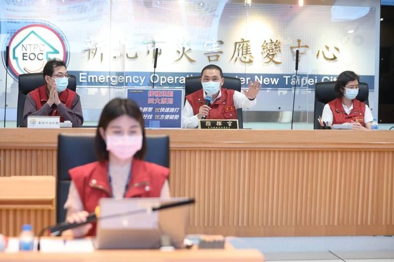 劉和然(後左)批中央「不要標籤化、歸責於萬華」。(新北市政府提供)