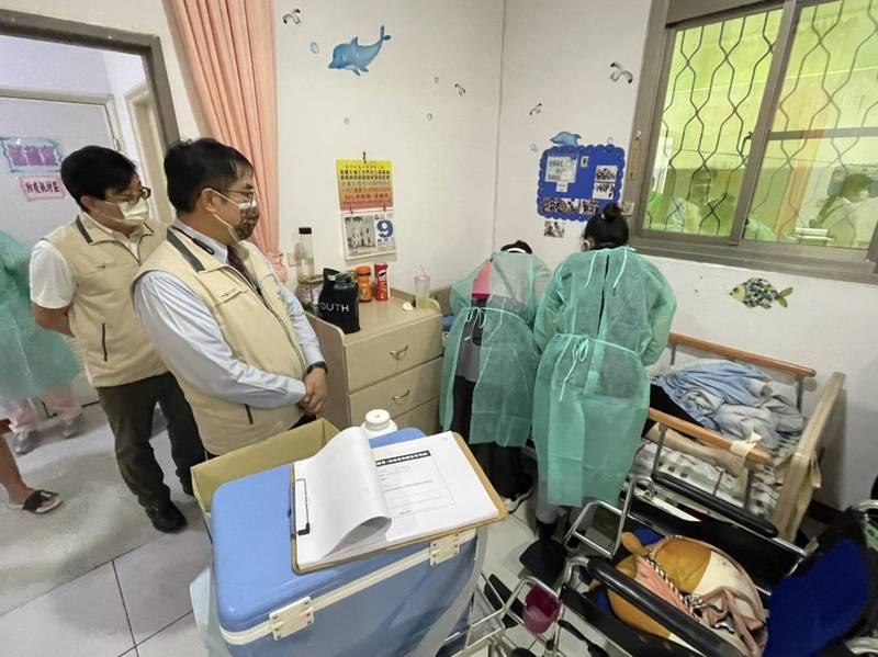 台南市長黃偉哲視察長照機構長輩住民施打疫苗情形。(台南市府提供)