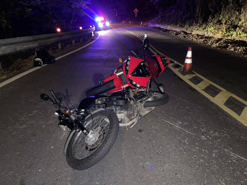 林男在北宜公路摔車,機車滑到對向,造成一輛紅牌重機撞上摔車,後續賠償可能要價不菲。(記者闕敬倫翻攝)