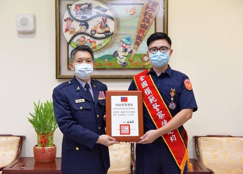 28歲偵查佐陳建均(右)從警7年,獲選今年全國模範警察,接受嘉義市警局長黃建榮(左)表揚。(記者王善嬿翻攝)