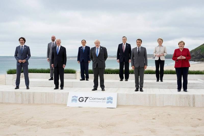 出席G7峰會的成員國領袖與歐盟執委會主席馮德雷恩、歐洲理事會主席米歇爾11日拍合照。(路透)