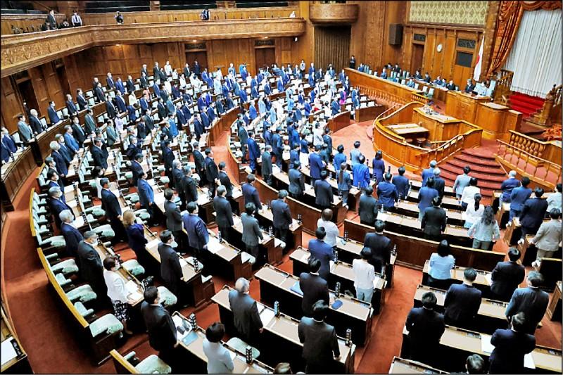 日本國會史上第一次,參議院昨以全場起立的方式,一致通過支持台灣參加下屆世衛大會(WHA)。(產經新聞提供)