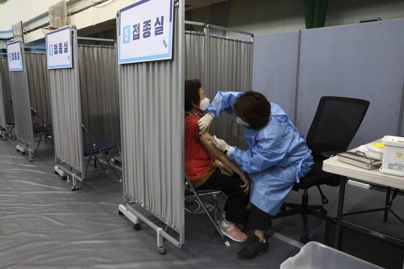 南韓逐步施打輝瑞、AZ、嬌生的武肺疫苗,各大航空公司正規劃在暑期恢復關島、塞班島等海外度假勝地航線。(美聯社)