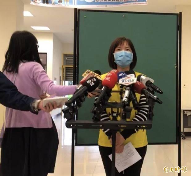 高市疾管處長何惠彬(右)為捍衛團隊聲譽與防疫士氣,主動上臉書說明疫苗施打規劃過程。(資料照)