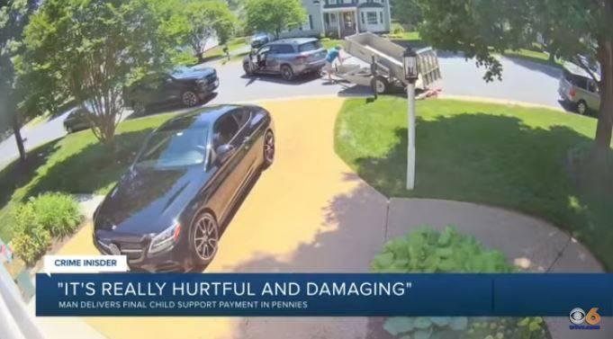 男子在女兒成年那天,開車拖8了萬個銅板倒在前妻家門口,高喊「這是你小孩最後一筆扶養費」。(圖取自WTVR CBS 6)