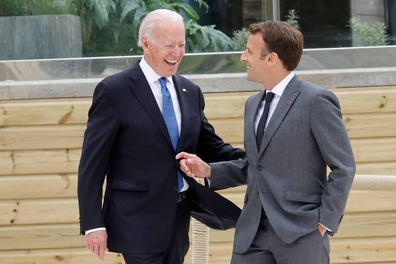 馬克宏(右)對拜登(左)態度相當熱絡。(法新社檔案照)