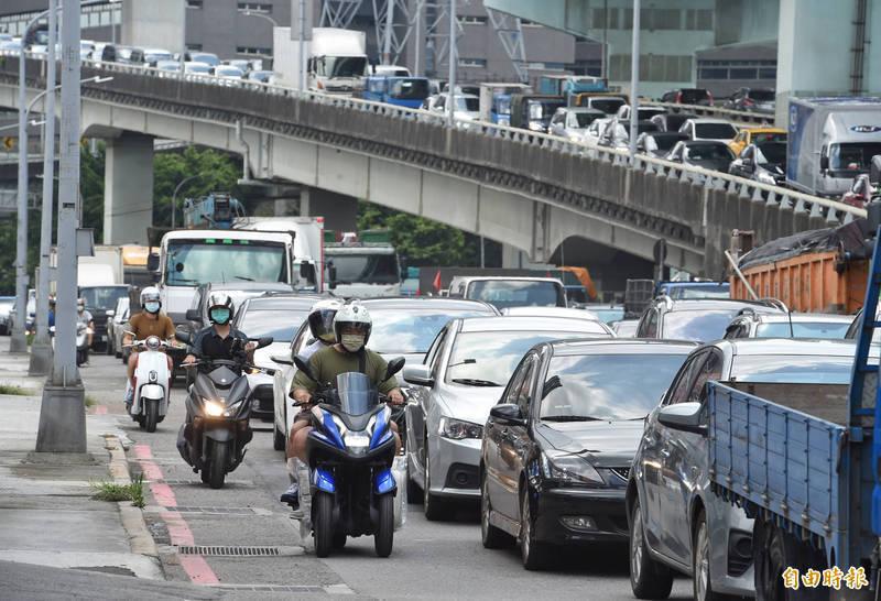 端午連假第一天,交通部實施嚴格匝道儀控管制措施,導致五股交流道周邊高架道路及平面道路嚴重回堵。(記者劉信德攝)