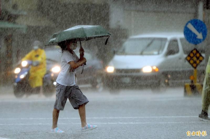 氣象局今(12)日下午5點35分針對全台15縣市發布豪雨特報,請注意雷擊及強陣風,山區請慎防坍方、落石及溪水暴漲。(資料照)