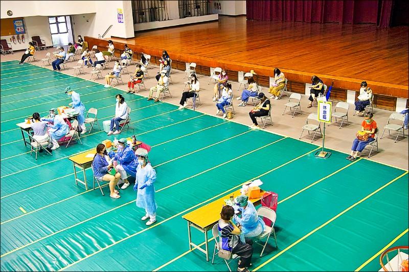 嘉義市85歲以上市民,6月15日到17日可接種AZ疫苗。圖為市府在港坪運動公園體育館為醫事人員施打疫苗。 (記者王善嬿攝)