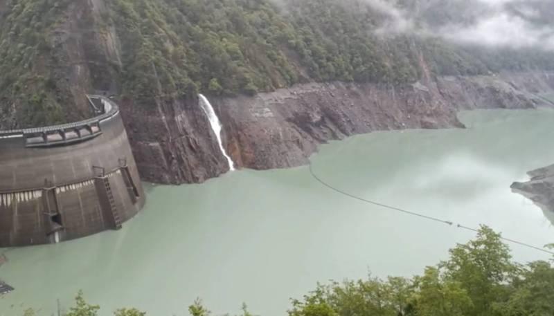 德基水庫水位已逼近1350公尺的發電水位,但大甲溪發電廠表示,要到1352公尺才會發電,以免一發電水位就降到1350公尺以下。(記者歐素美翻攝)