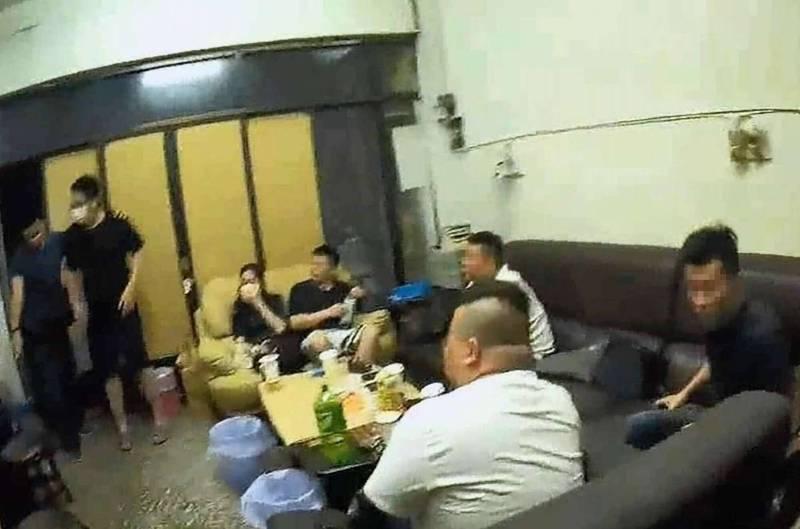 7人群聚電子遊藝場大玩手遊遭警方查獲,最重罰210萬元。(記者湯世名翻攝)