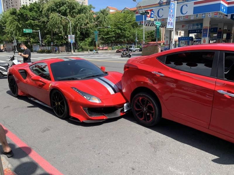 王男開著紅色休旅車停在路邊買完烤香腸,上車後倒車要離開,沒想到撞上後方一輛千萬紅色法拉利跑車。(讀者提供)