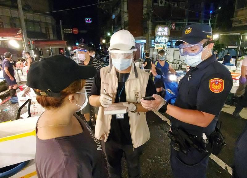 基隆市政府產業發展處、警察局與仁愛區公所今天凌晨大執法,對於沒有戴口罩、面罩及手套的民眾與攤商一律開發告發單,市府共開出14張告發單。(圖為基隆市政府提供)