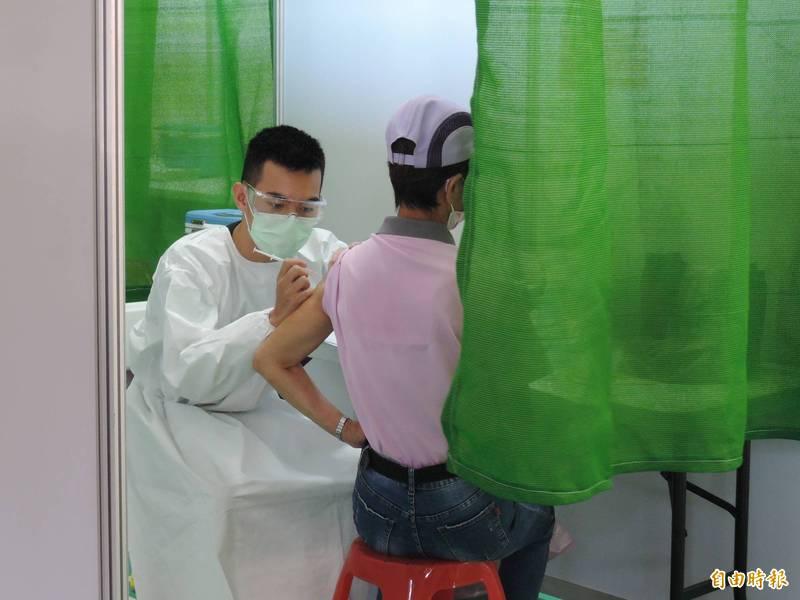 台南市3大型疫苗接種站週日開打。(記者蔡文居攝)