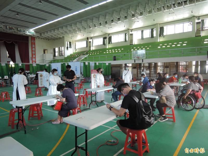 台南衛生局設置大型疫苗接種站,報到區現場特別隔開一定距離,並設置有施打後的休息區。(記者蔡文居攝)