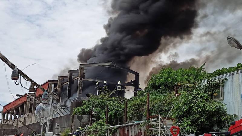 頭城大里漁港鐵皮屋因拆除九孔池作業起火,冒出大量黑色濃煙。(記者林敬倫翻攝)