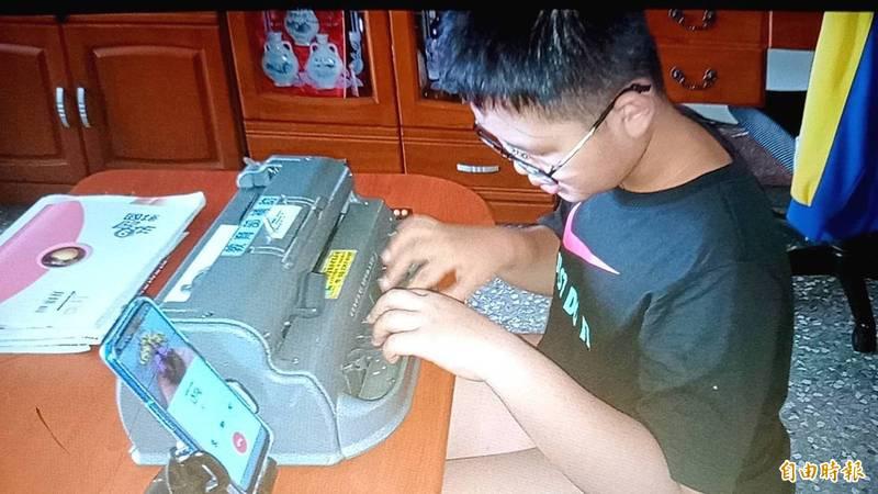 育人國小視障資源幫學生,居家透過點字機等輔具,加上老師用LINE、Google Meet視訊,學習成效不打折。(記者王善嬿翻攝)