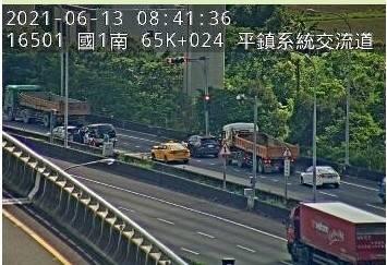 國1北向平鎮系統入口3輛小客車追撞事故。(高公局提供)