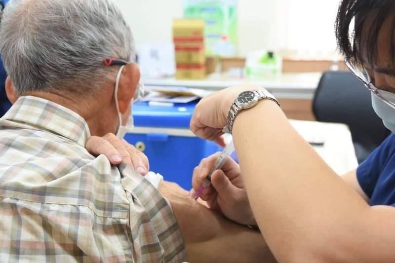澎湖縣政府成立疫苗施打專案稽核小組,確保疫苗施打按照中央分類依序接種。(澎湖縣政府提供)