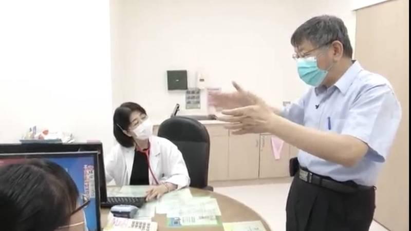 台北市長柯文哲今前往和平醫院視察施打流程、動線、休息區規劃,另也至妻子陳佩琪的診間「視察」工作情況。(北市府提供)