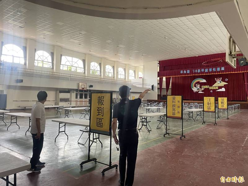 張維崢(左)視察疫苗施打站。(記者林國賢攝)