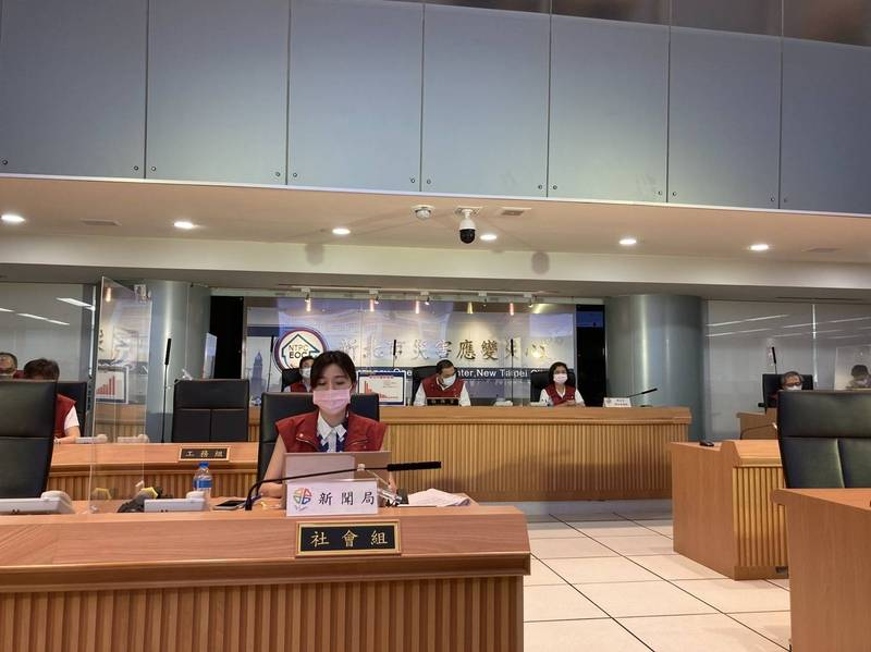 新北市長侯友宜(後排中)今天召開防疫應變會議後線上記者會。(記者陳心瑜翻攝)